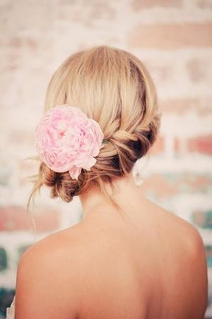 Красивая прическа с короткими волосами