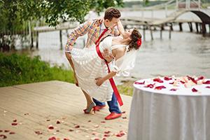 Молодые гости на свадьбе