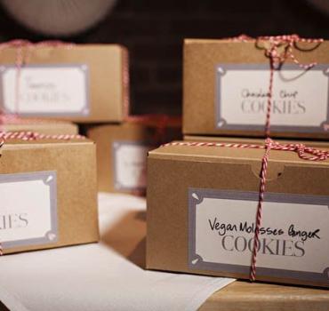 Как сделать шуточный подарок на свадьбе и чего дарить не нужно?